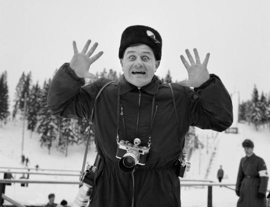 MM-hiihdot Lahden Salpausselällä 1958. Tunnistamaton valokuvaaja ilmeilee kameralle.