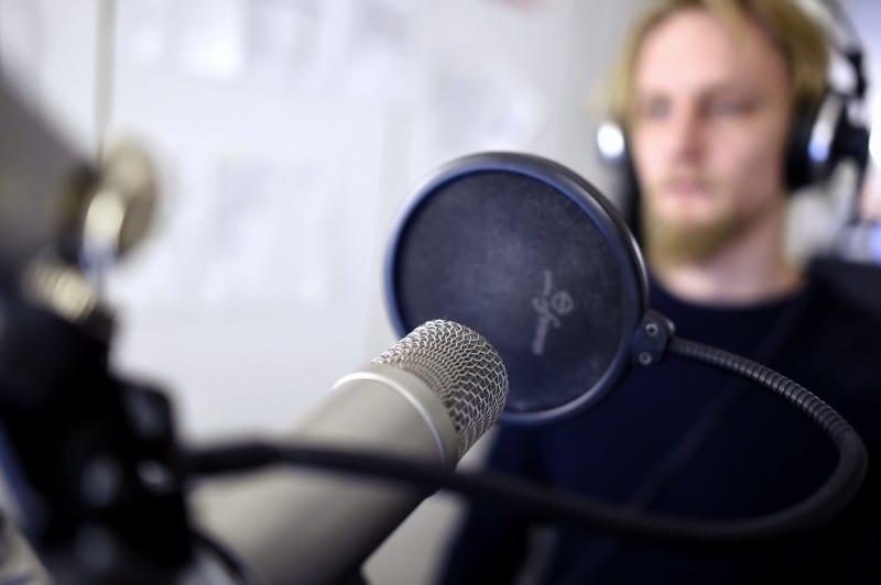 STT:n toimittaja  Johannes Palmgren  radiostudiossa 8. tammikuuta 2016. LEHTIKUVA Antti Aimo-Koivisto
