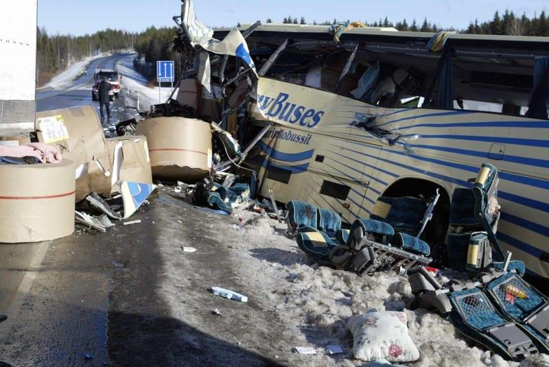 Rekasta karanneita massiivisia paperirullia ja pahasti vaurioitunut linja-auto tien pientareella Konginkankaalla.