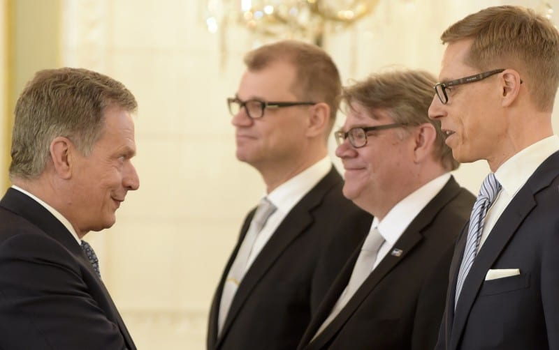 LKS 20150529 Tasavallan presidentti Sauli Niinistö (vas.) otti vastaan Keskustan pääministeri Juha Sipilän (kesk.) johtaman uuden hallituksen presidentinlinnassa 29. toukokuuta 2015 Helsingissä. Kättelyssä ulkoministeri Timo Soini ja valtiovarainministeri Alexander Stubb (oik.) ... Finnish President Sauli Niinisto (L) welcomes new Prime Minister, Centre Party's chairman Juha Sipila (C) and his government at the Presidental Palace in Helsinki, Finland, on May 29, 2015 , Foreign Minister Timo Soini and Finance Minister Alexander Stubb on the right. LEHTIKUVA Vesa Moilanen
