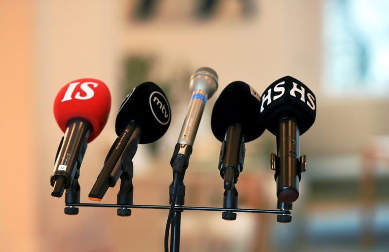 Tiedotusvälineiden mikrofoneja tasavallan presidentin tiedotustilaisuudessa Mäntyniemessä.