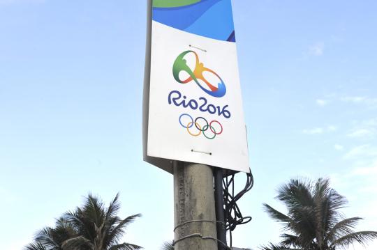 Rion kesäolympialaisten mainoskyltti Ipaneman rannalla.
