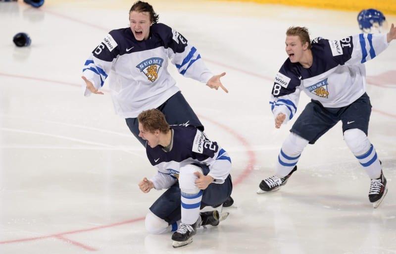 Urheilutapahtumat / Jääkiekon nuorten maajoukkue tuulettaa voitettuaan MM-kultaa tammikuussa 2016. Lehtikuva / Markku Ulander
