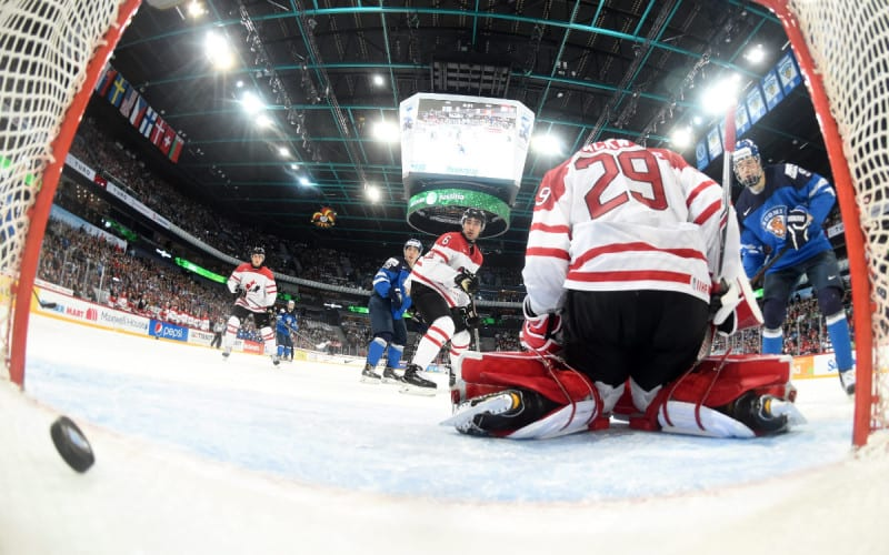 Kiekko painuu maaliin Kanadan maalivahti Mackenzie Blackwoodin selän taakse nuorten MM-jääkiekon puolivälieräottelussa.