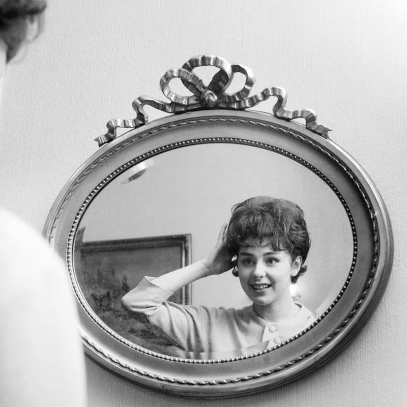 Pirkko Mannola katsoo peilikuvaansa kotonaan tammikuussa 1961.