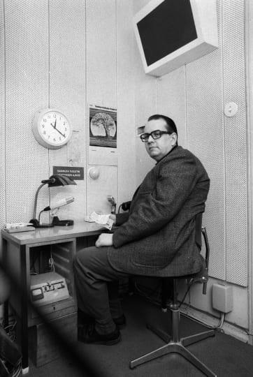 STT:n pääuutistenlukija Kaj Wessman studiossa 21. lokakuuta 1977. Lehtikuva / Jorma Pouta