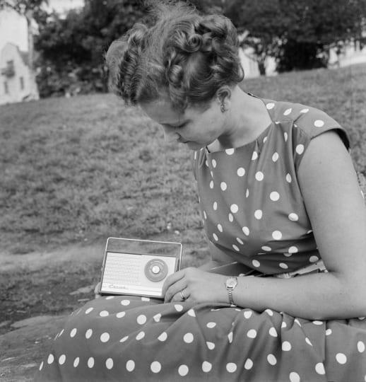 Nainen kuuntelee radiota 60-luvulla. Lehtikuva / Ensio Ilmonen