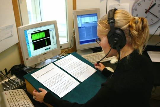 Toimittaja Piritta Rautavuori lukee ääniuutisia STT:n Albertinkadun tiloissa syksyllä 2003. Lehtikuva / Matti Björkman