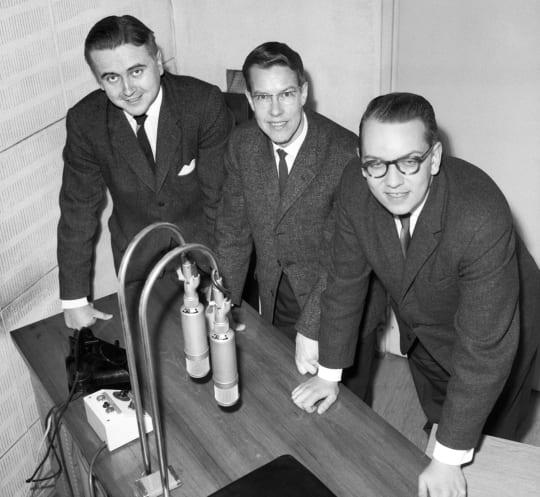 STT:n uutistenlukijat Hugo Ahlberg, Kaj Linden ja Kaj Wessman lokakuussa 1962.