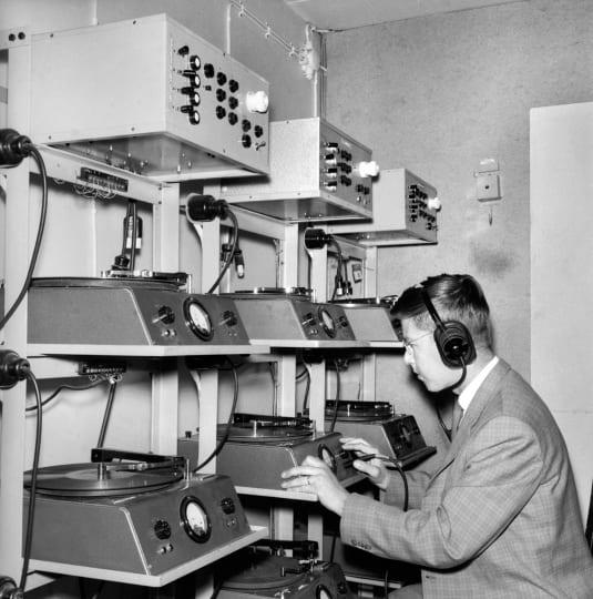 Radiouutistoimituksen Kaj Linden lukee puhelinuutisia levylle 30. elokuuta 1962.