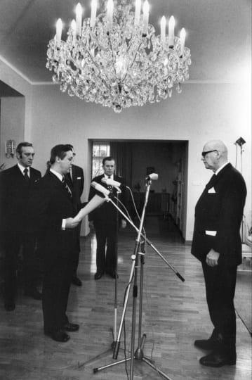 Puolueiden edustajat kävivät tammikuussa 1973 Tamminiemessä pyytämässä presidentti Urho Kekkosta jatkamaan virkakauttaan. Kalevi Sorsa lukee puolueiden kirjelmää. Lehtikuva / Pentti Nissinen