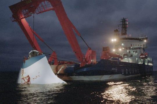 Estonia-laivan keulavisiiriä nostetaan merestä. Jaakko Avikainen / Lehtikuva