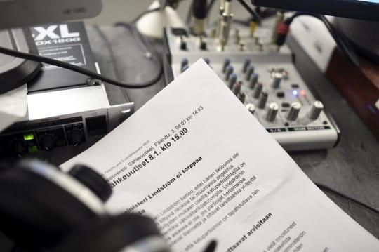 Useimmat STT:n uutisten lukijoista lukevat lähetykset paperitulosteista. Lehtikuva / Antti Aimo-Koivisto