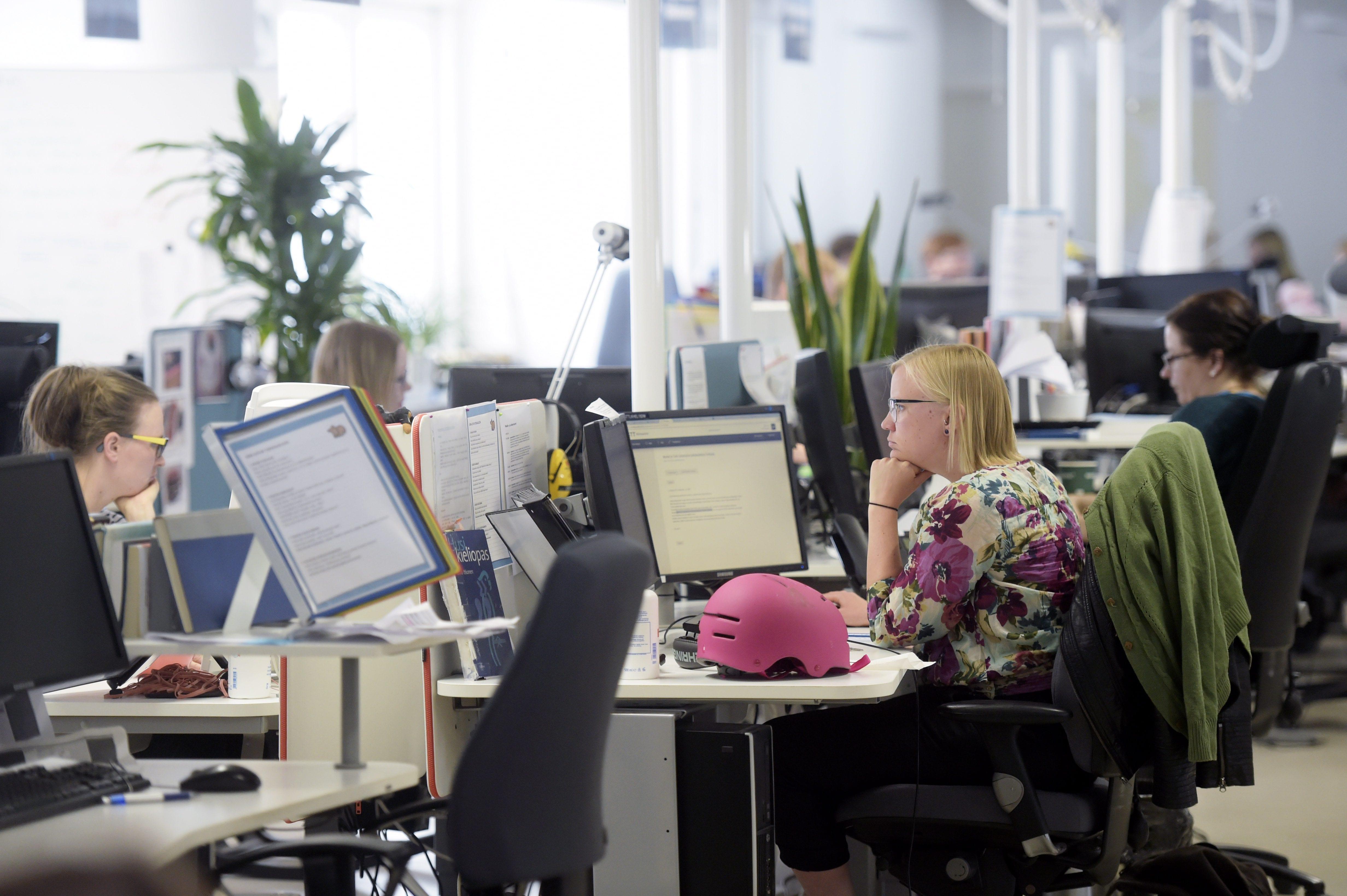 Toimittajia työssä tietokoneiden ääressä STT:n toimituksessa.