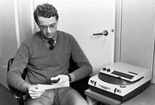 Toimittaja Hans Wessman lukee uutisia levylle huhtikuussa 1970. Lehtikuva / Pekka Haraste