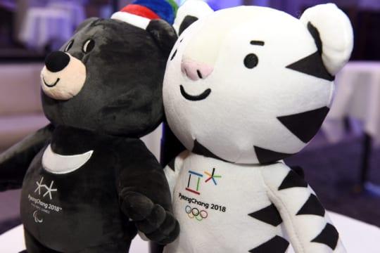 Pyeongchangin kisojen pehmolelumaskotit kauluskarhu Bandabi ja valkoinen tiikeri Soohorang.