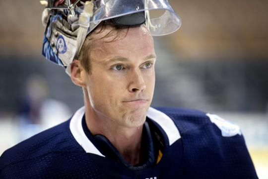 Jääkiekkomaalivahti Pekka Rinne on nostanut kypäränsä takaraivolleen.