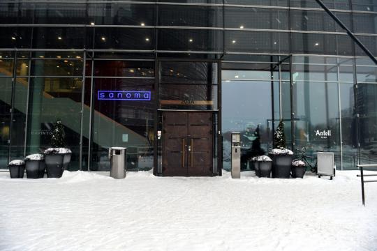 STT toimii Ruoholahdessa Sanoman tiloissa, Sanoman aulatiloihin johtavien pariovien eteen on kertynyt lumikerros.