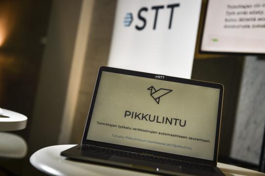 Pöydälle asetetun kannettavan tietokoneen näytöllä näkyy STT Pikkulintu -työkalun mainossivu.