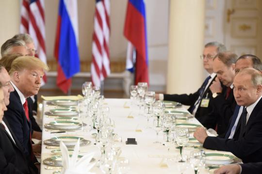 Yhdysvaltain presidentti Donald Trump ja Venäjän presidentti Vladimir Putin tapasivat delegaatioiden työlounaalla Presidentinlinnassa Helsingissä 16. heinäkuuta 2018.