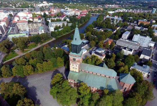 Turun Tuomiokirkko ja joenvarren ympäristöä ilmasta kuvattuna.