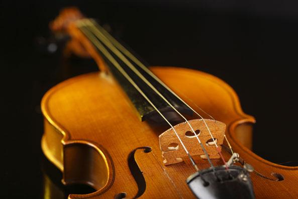Ismo Pekkarisen kuvituskuva Stradivariuksen viulun kopiosta.