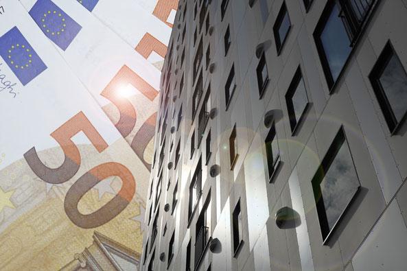 Ismo Pekkarisen symbolinen kuvituskuva, jossa on 50 euron seteleitä ja rakennus