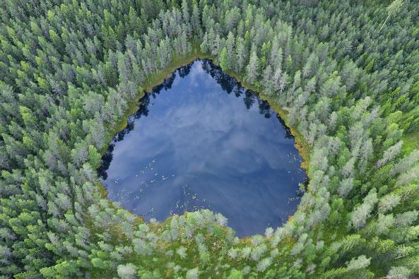 Ismo Pekkarisen luontokuva sydämen muotoisesta lammesta ylhäältä päin kuvattuna.