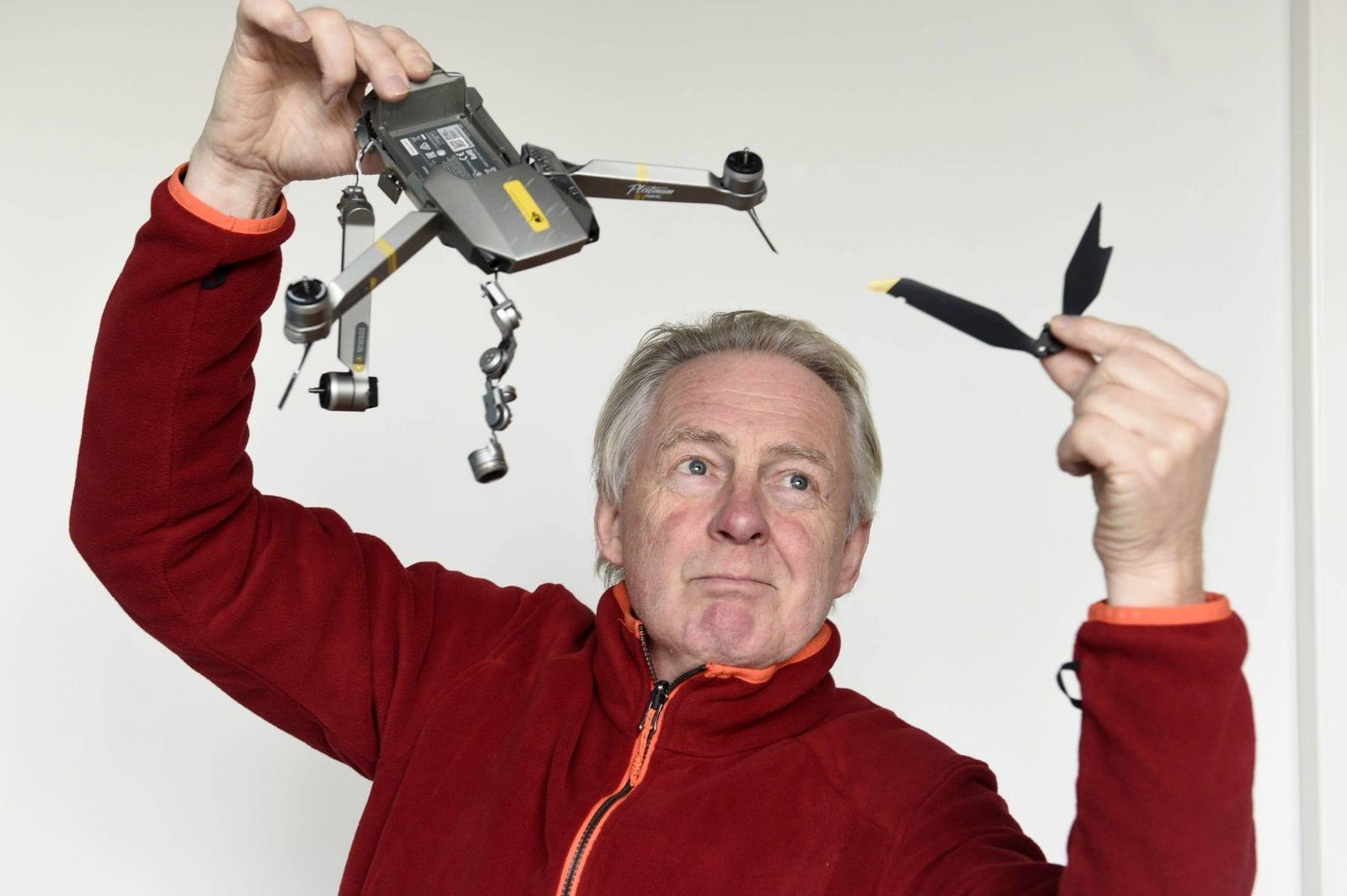 Uutiskuvaaja Martti Kainulainen esittelee rikkoutunutta kuvauskopteria.