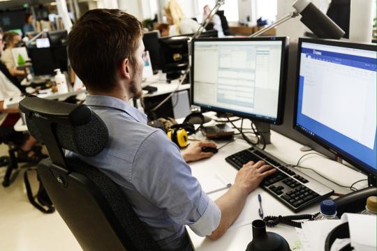 toimittaja työskentelee tietokoneen ääressä.