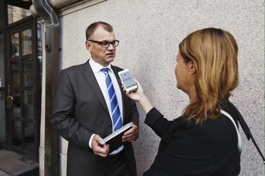 STT:n toimittaja Sanna Nikula haastattelee silloista pääministeri Juha Sipilää.