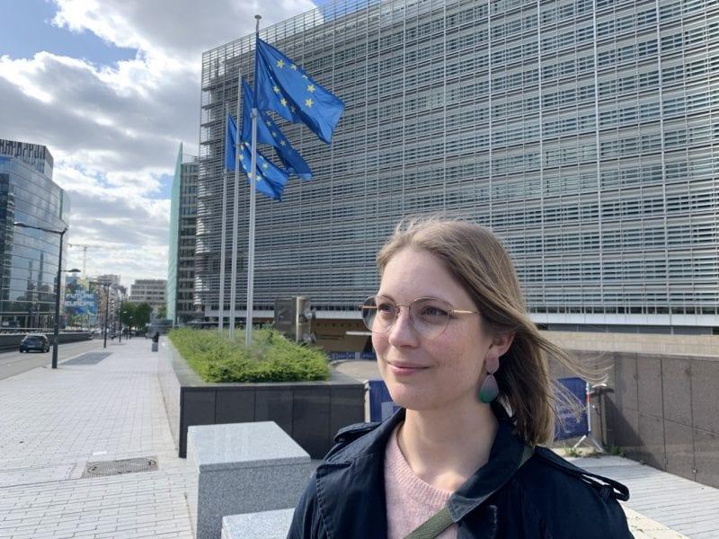 Heta Hassinen Brysselissä Euroopan komission päärakennuksen vieressä.