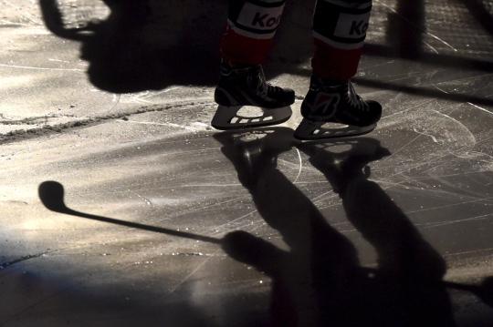 Jääkiekkoilija luistelee liigaottelun lämmittelyssä.
