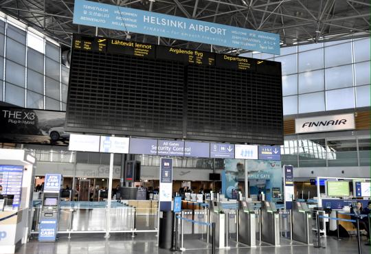 Tyhjä lähtevien lentojen näyttötaulu tyhjässä terminaali 2:n lähtöaulassa Helsinki-Vantaan lentokentällä.