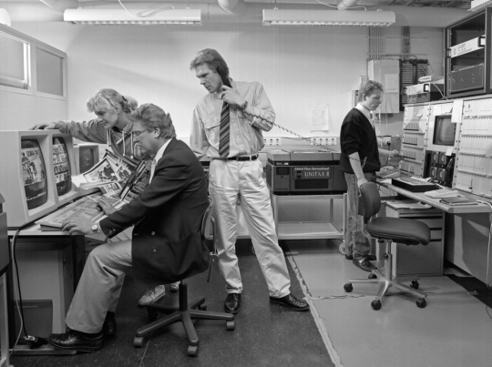 Lehtikuvan työntekijöitä toimiston telefoto-osastolla 1980-luvun loppupuolella.