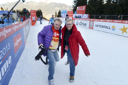 STT:n kuvaaja ja toimittaja hiihtokilpailuissa.