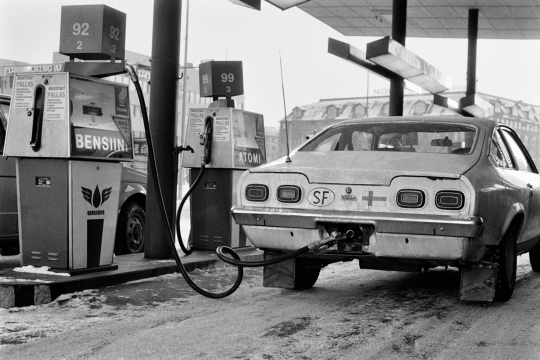 Chevrolet Vega tankattavana huoltoasemalla.