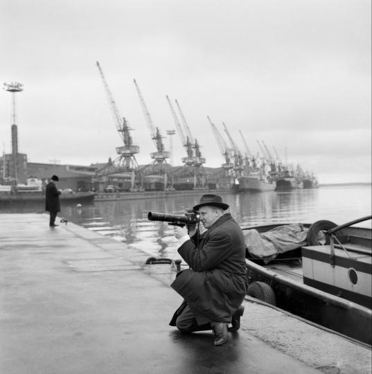 Valokuvaaja Kalle Kultala ottamassa kuvia kinofilmikameralla.