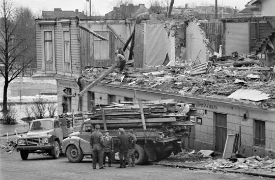 Vanhaa Merimieskirkon rakennusta puretaan Punavuoressa tammikuussa 1962.