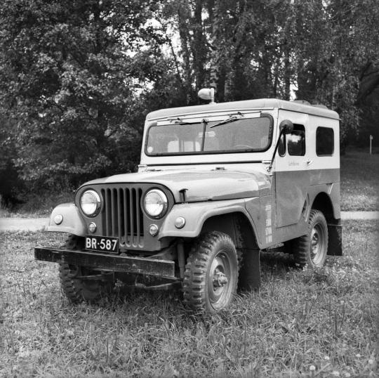 Lehtikuvan kuvaajien käytössä ollut jeeppi.