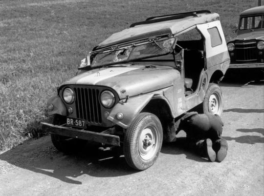 Lehtikuvan kuvaajien käyttämä auto kolarin jälkeen.