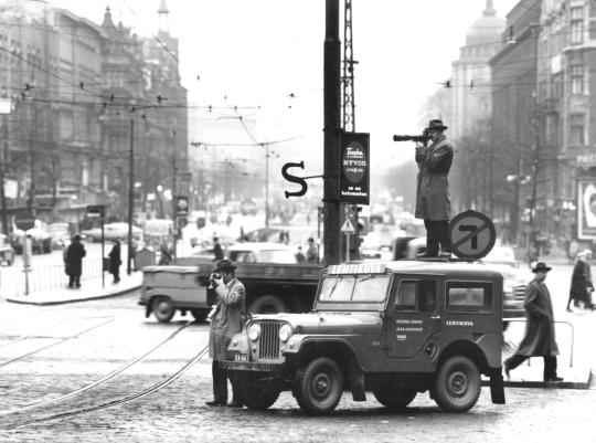 Lehtikuvan kuvaajat  ja auto Erottajalla 1959.