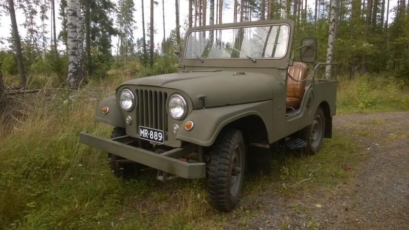 Lehtikuvan kuvaajien käyttämä jeeppi on nykyään avomallinen ja vihreä.