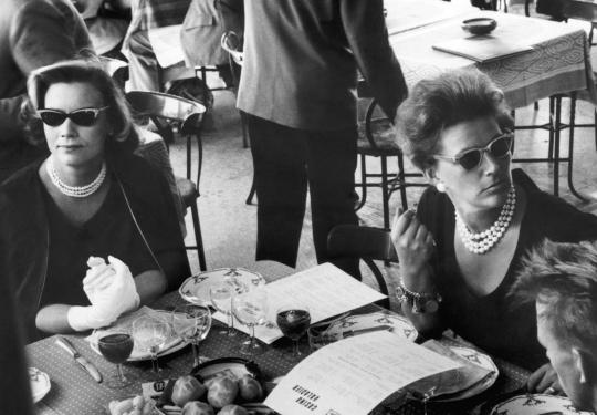 Lehtikuvan väkeä ravintolassa Roomassa vuonna 1960.