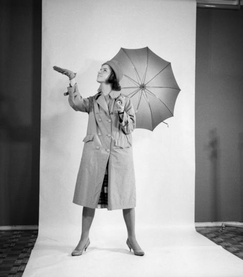 Malli poseeraa sateenvarjon kanssa.
