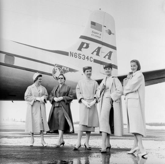 Viisi mallia poseeraa lentokoneen edessä Seutulassa.